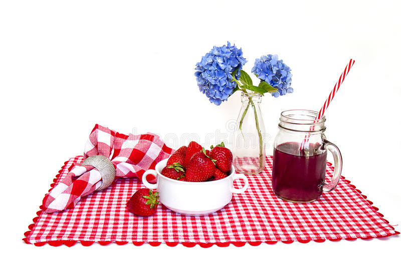 Stuoia rossa e bianca del percalle, fragole fotografia stock