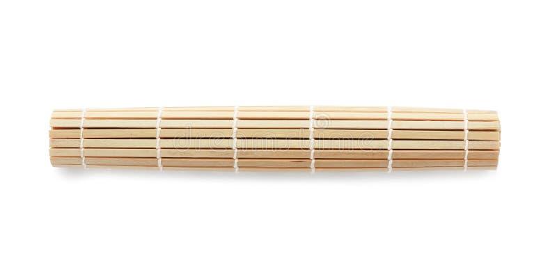 Stuoia rotolata dei sushi fatta di bambù su fondo bianco fotografia stock libera da diritti