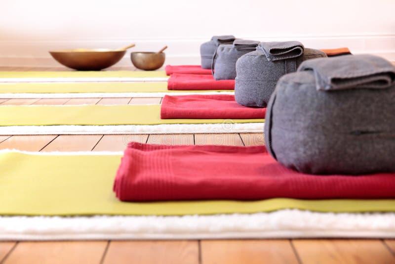 Stuoie di yoga ed ammortizzatore di yoga fotografia stock libera da diritti
