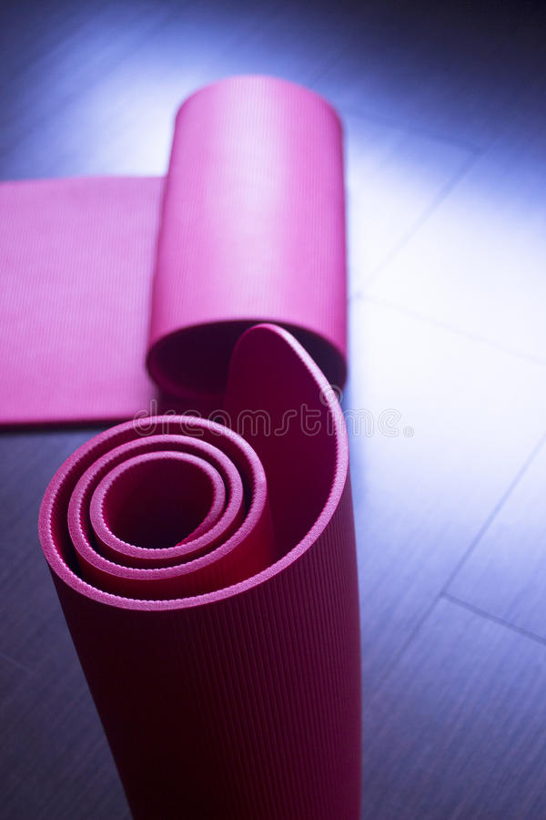 Stuoie rosse della palestra della schiuma di yoga e dei pilates di forma fisica immagine stock libera da diritti