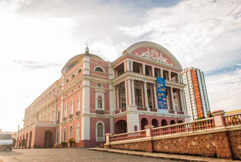 Stupéfaction Manaus coloré Opéra, célèbre excursions jour Un la plupart de beau bâtiment avec un drapeau brésilien monnayé dedans photo libre de droits