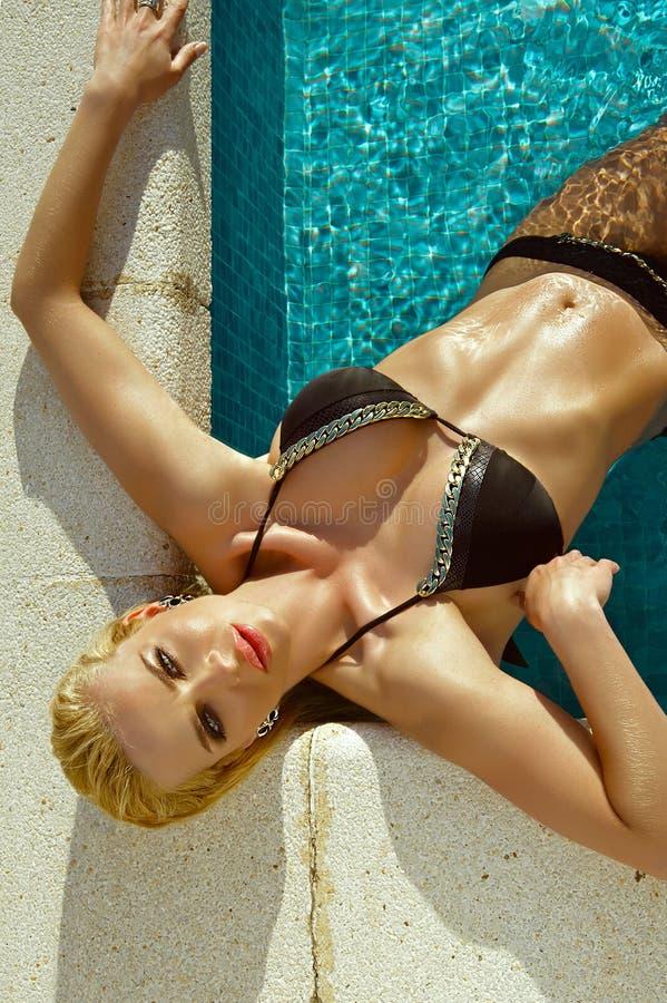 Stupéfiant, modèle femelle blond sexy avec le corps parfait utilisant un bikini, maillot de bain élégant sur la vue étonnante photo stock
