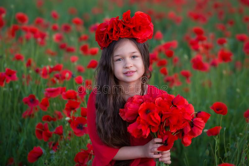 Stupéfier étroitement vers le haut du portrait de la belle jeune fille romantique mignonne avec la fleur de pavot à disposition p images stock