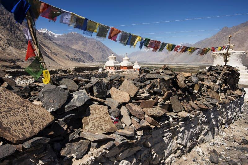 Stupa和球员旗子在Diskit修道院附近在拉达克、查谟&克什米尔,印度 免版税图库摄影