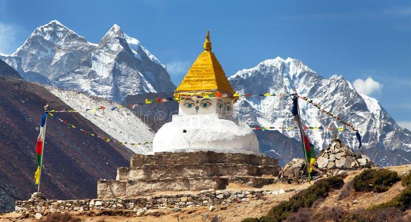 Stupa和登上Kangtega和Thamserku 免版税库存照片