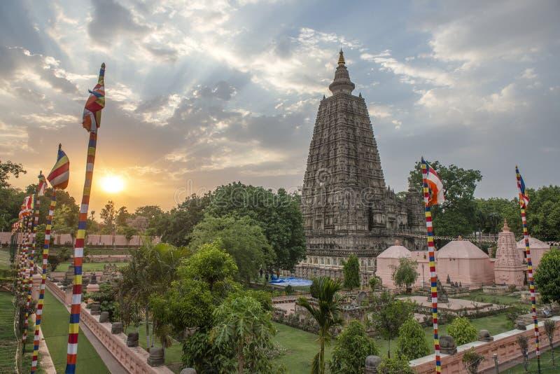 stupa的侧视图在摩诃菩提寺复合体的在日落的Bodhgaya 免版税库存照片