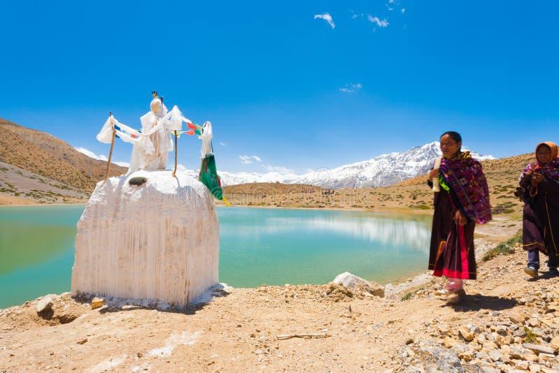 Stupa高山湖香客Dhankar Spiti谷 库存图片
