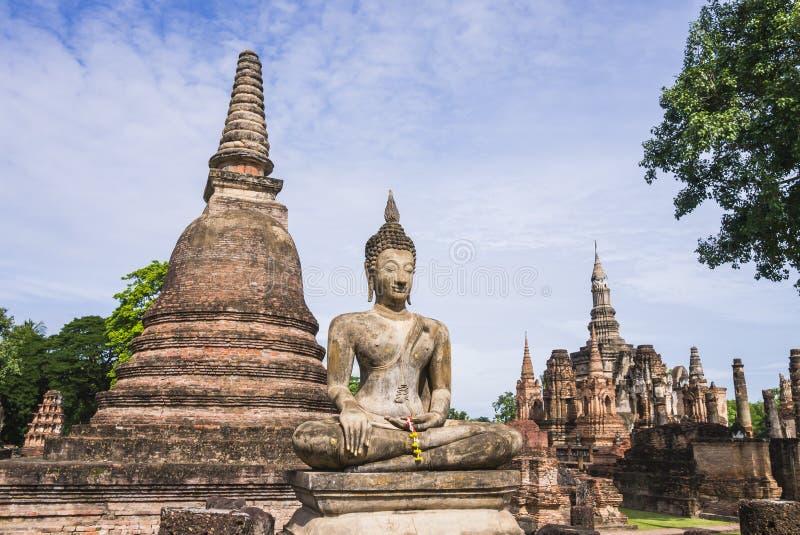 Stupa и статуя Будды в виске Wat Mahathat, парке Sukhothai историческом, Таиланде стоковое фото