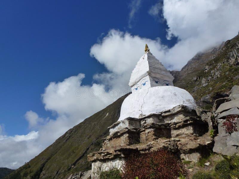 Stupa (寺庙)在与云彩的蓝天, Pangboche,珠穆琅玛营地艰苦跋涉,尼泊尔 图库摄影