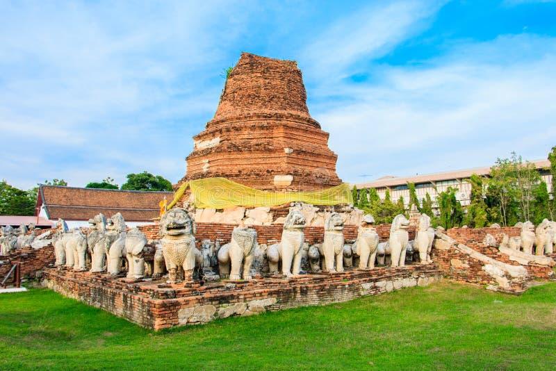 Stupa antiguo rodeado por el estilo de Camboya de la estatua del león en el templo de Thammikarat foto de archivo