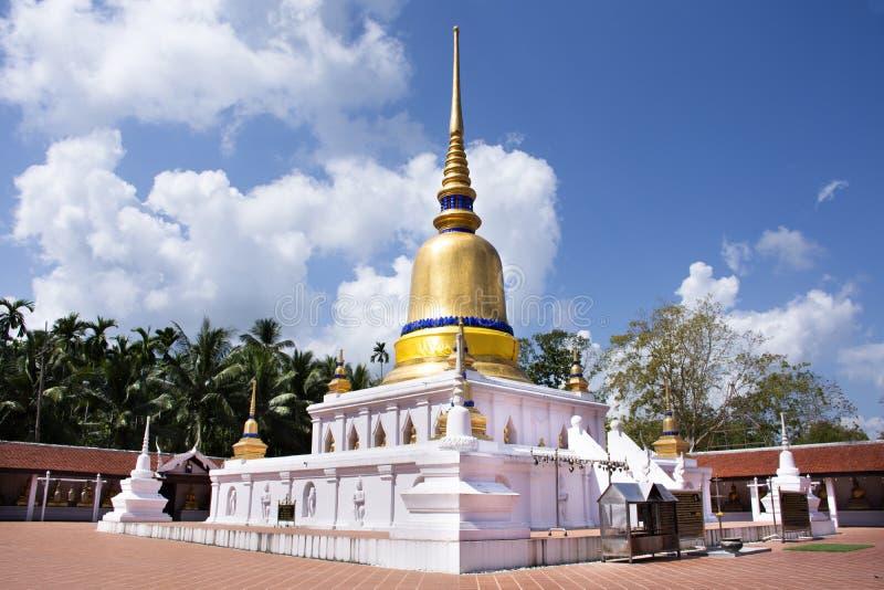 Stupa av den Wat phraen som sawitempel f?r f?r loppbes?k f?r thai folk chedi f?r respekt be och buddha statyer i Chumphon, Thaila royaltyfri bild
