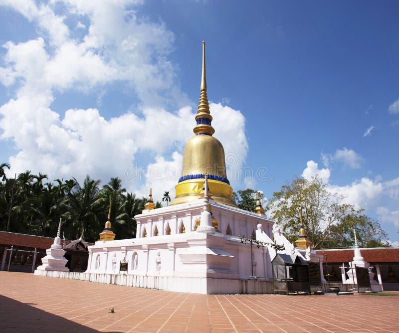 Stupa av den Wat phraen som sawitempel f?r f?r loppbes?k f?r thai folk chedi f?r respekt be och buddha statyer i Chumphon, Thaila arkivbilder