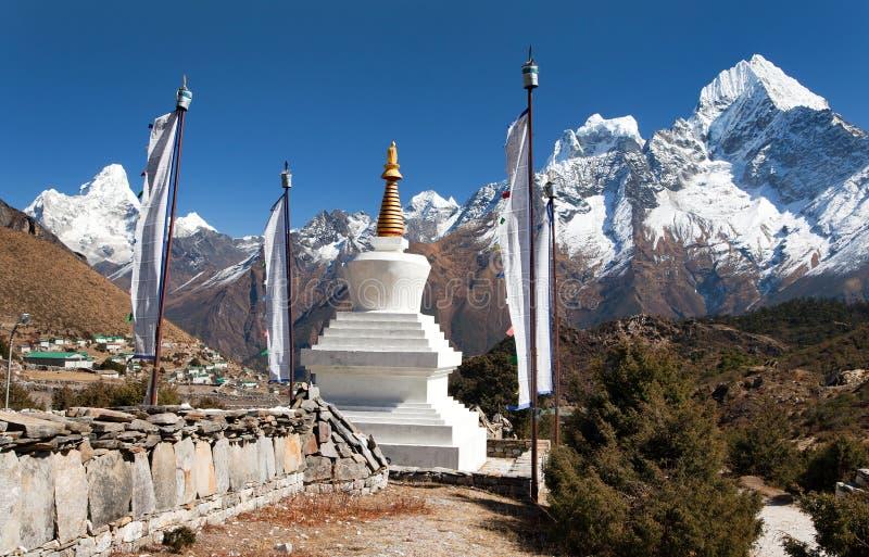 Stupa, banderas del rezo e Himalaya blancos imagen de archivo