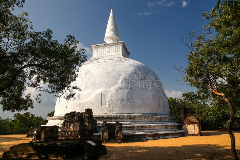 Stupa blanco, Polonnaruwa, Sri Lanka imágenes de archivo libres de regalías