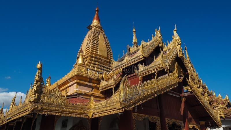 Stupa bouddhiste d'or sur le dessus du bâti Popa Taung Kalat dans Myanmar photographie stock