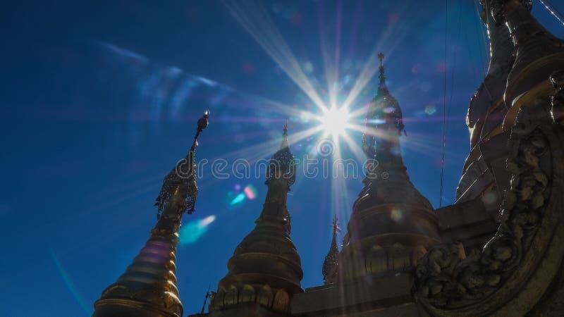 Stupa bouddhiste d'or sur le dessus du bâti Popa Taung Kalat dans Myanmar photo stock