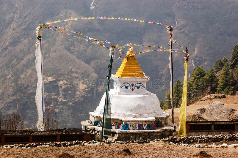 Stupa buddista al bazar di Namche, Nepal fotografie stock libere da diritti