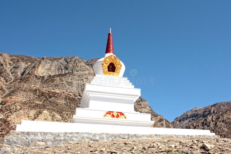 Stupa buddista bianco nelle montagne del Nepal immagine stock libera da diritti