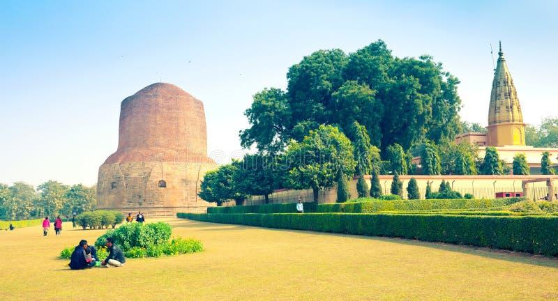 Stupa budista antiguo Dhamek en Sarnath imagen de archivo
