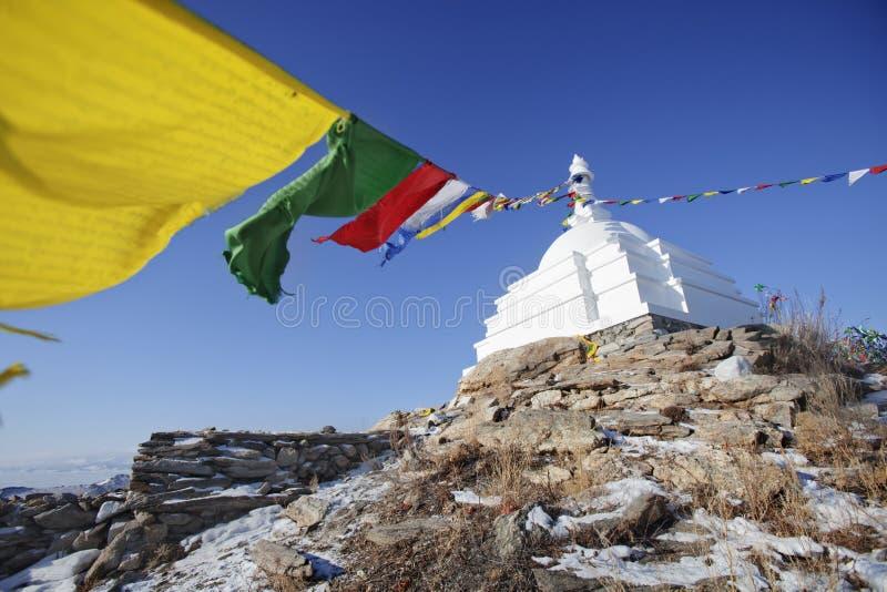 Stupa budista blanco con las banderas coloridas Isla de Ogoi imagenes de archivo