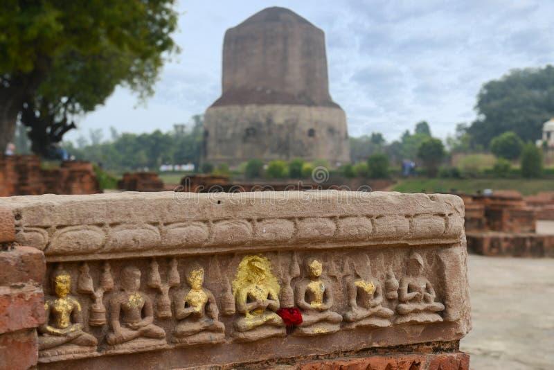 Stupa budista de Dhamek en Sarnath, cerca de Varanasi, la India fotos de archivo