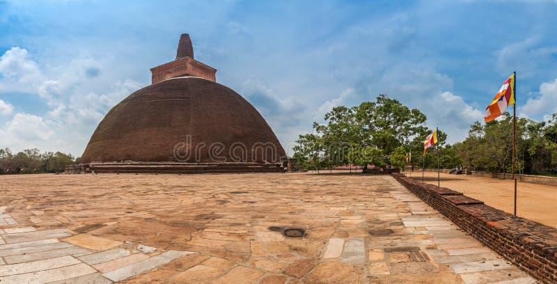 Stupa budista del dagoba de Jetavaranama en la ciudad antigua y sagrada Anuradhapura, Sri Lanka imagenes de archivo