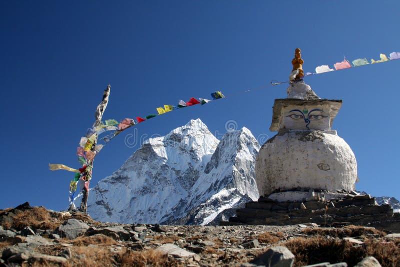 Stupa budista en las montañas imágenes de archivo libres de regalías