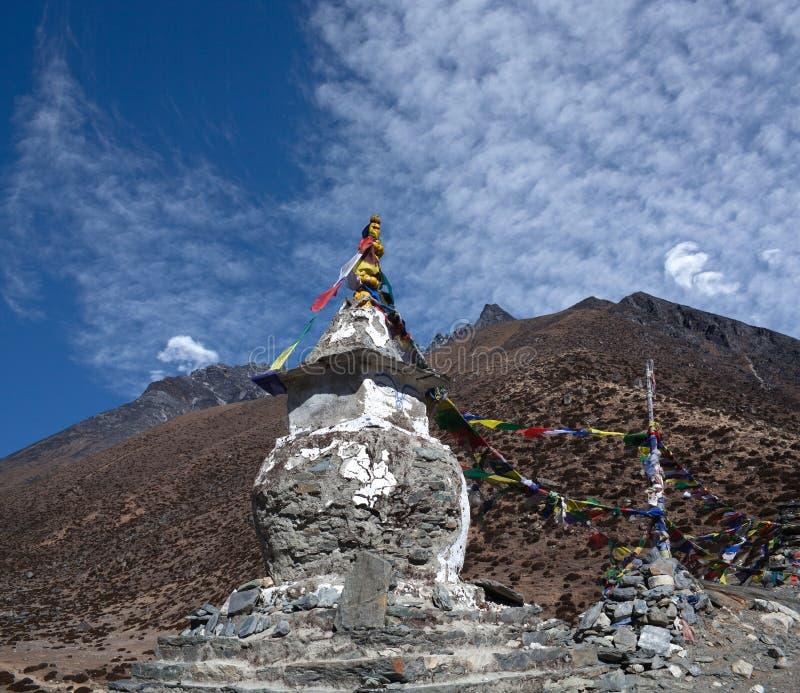 Stupa budista sobre Dingboche en el camino al campo bajo de Everest, imagen de archivo