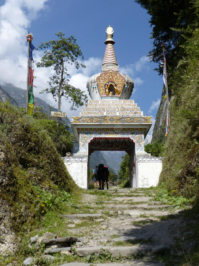Stupa in Chame-Dorf, Nepal lizenzfreies stockfoto
