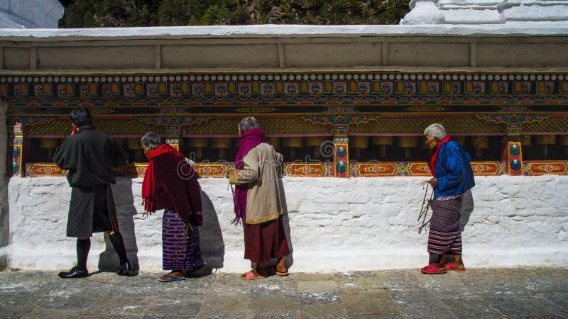 Stupa Chorten Kora, люди свертывая колеса молитве, район Trashiyangtse, восточный Бутан стоковые фотографии rf