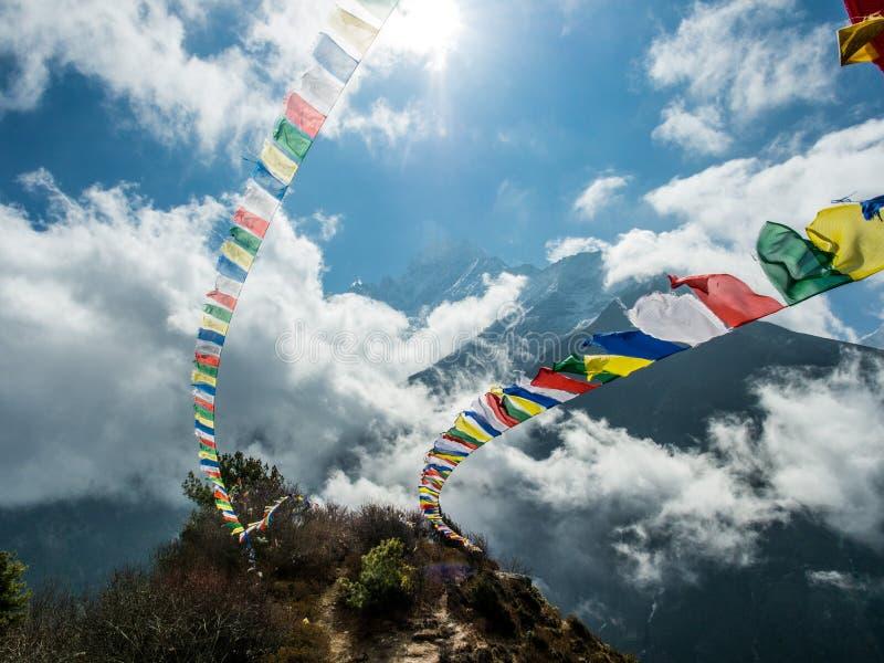 Stupa comme mémorial le long de l'itinéraire de trekking du camp de base d'Everest au Népal photo stock