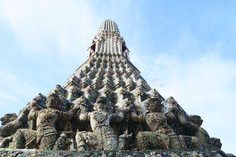 Stupa con el demonio imagen de archivo