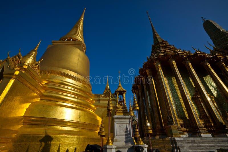 Stupa d'or Wat Phra Kaeo, palais grand photographie stock libre de droits