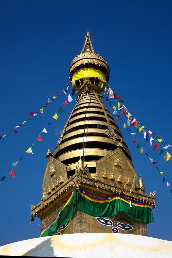 Stupa de nepalés Swayambhunath con las banderas coloridas del rezo foto de archivo