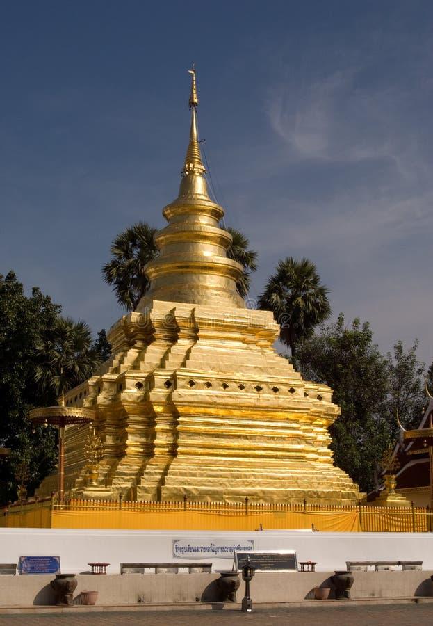 Stupa de oro en Tailandia fotos de archivo libres de regalías