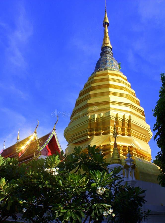 Stupa de oro y templo que destella foto de archivo libre de regalías