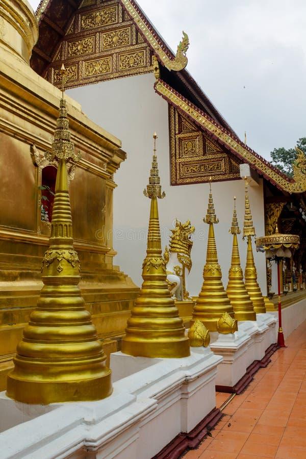Stupa del oro en templo budista del wat en Tailandia imagen de archivo libre de regalías