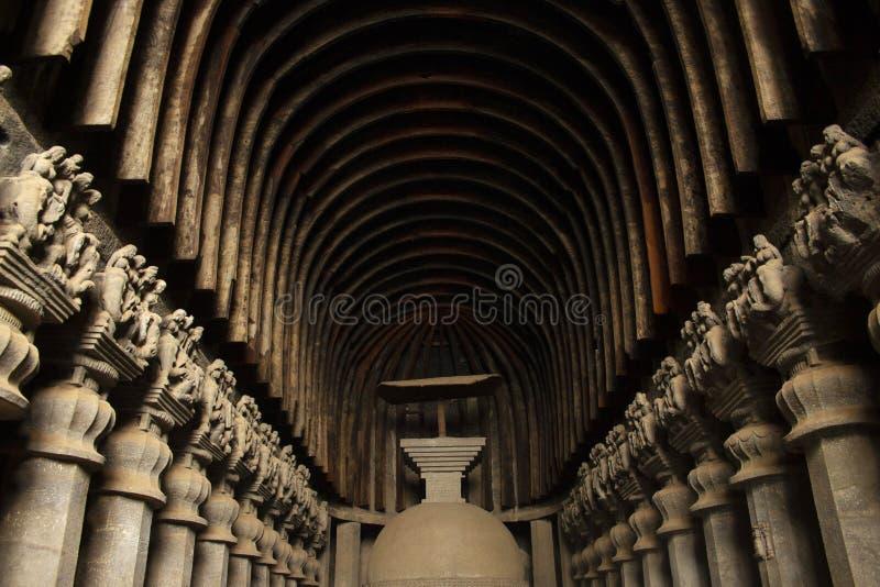 Stupa del taglio della roccia con soltanto la sopravvivenza dell'ombrello di legno in caverne roccia tagliate indiane occidentali fotografie stock libere da diritti