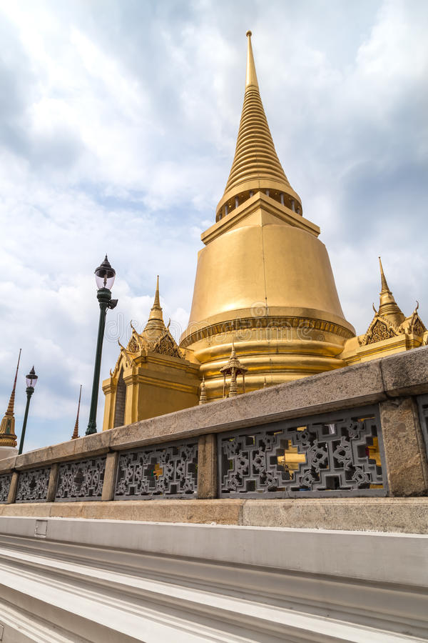 Stupa do ouro fotos de stock royalty free