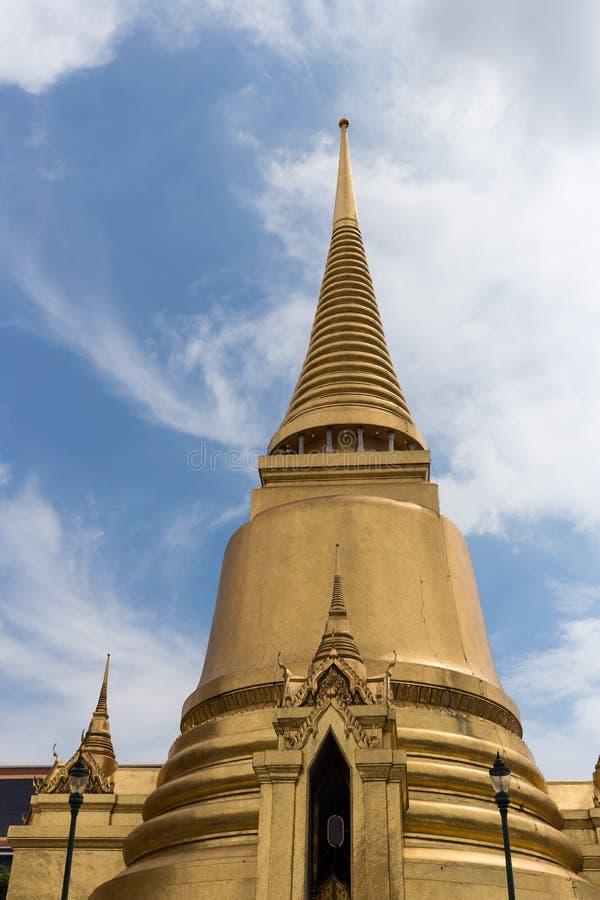 Stupa do ouro imagens de stock