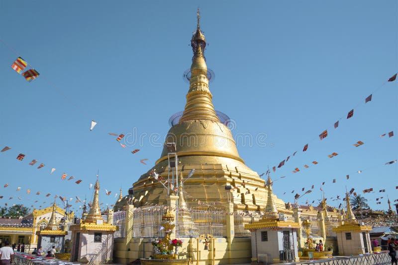 Stupa do pagode da BO Tataung no dia ensolarado Yangon, Myanmar fotos de stock