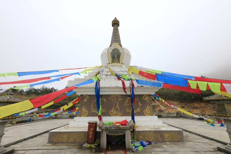 Stupa e bandeiras budistas da oração fotografia de stock royalty free