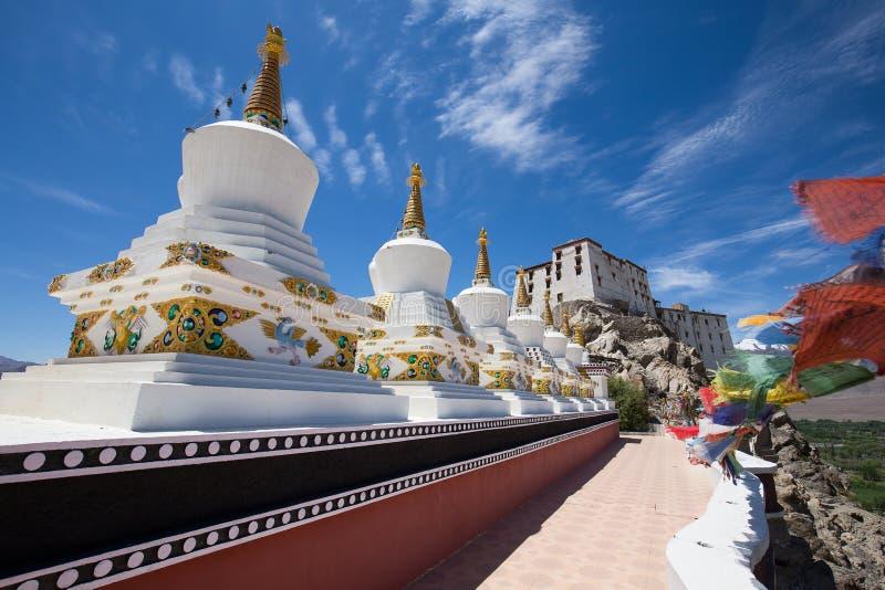 Stupa e cielo blu bianchi buddisti Monastero di Thiksey, Leh, Ladakh, India fotografia stock libera da diritti