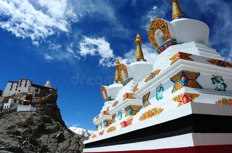Stupa e cielo blu buddisti bianchi, monastero di Thiksey fotografie stock libere da diritti