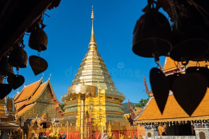 Stupa e guarda-chuva dourados do chedi no templo de Wat Phra That Doi Suthep, Chiang Mai, Tail?ndia foto de stock royalty free