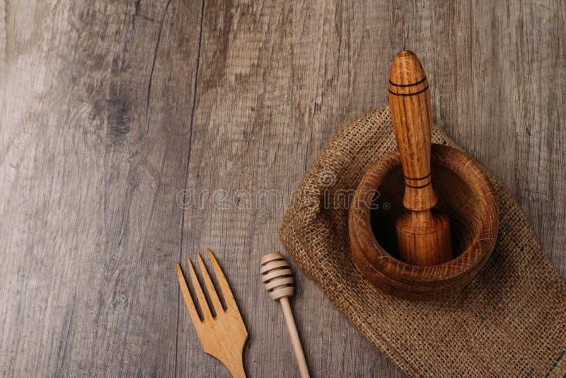 stupa e pilão na serapilheira na tabela da vila kitchenware esmagamento forquilha e vara para o mel eco-amigo manual da recuperaç fotografia de stock royalty free