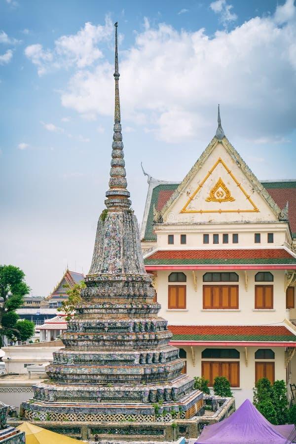 Stupa encrustó con la fayenza coloreada, Wat Arun foto de archivo