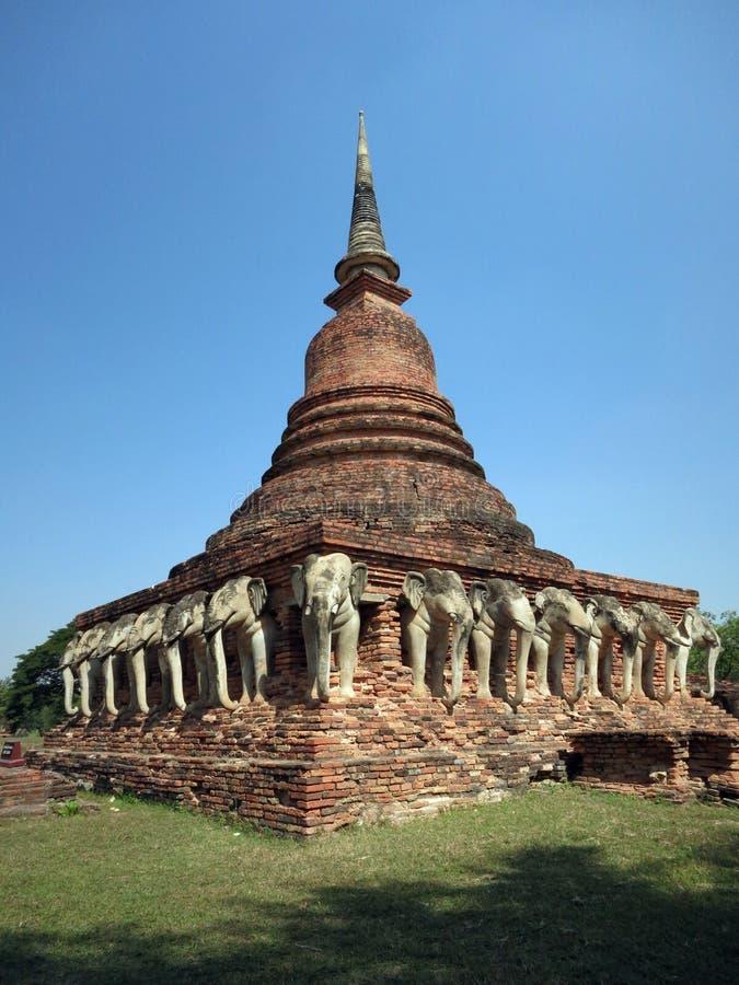 Stupa för vita elefanter royaltyfria foton