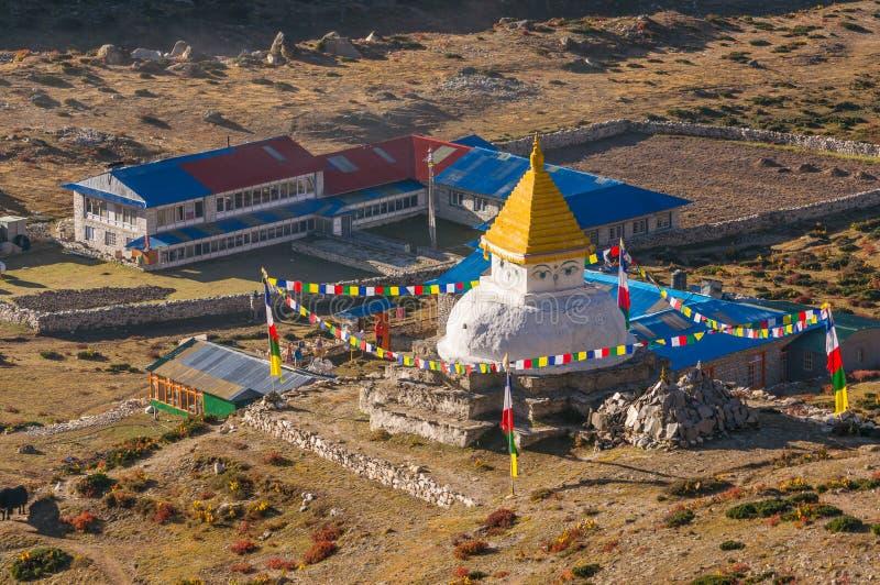 Stupa hermoso en el pueblo de Dingboche, región de Everest, Nepal fotografía de archivo