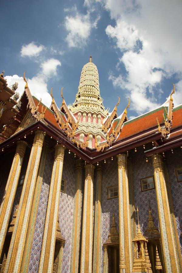 Stupa i den härliga storslagna slotten och Wat Phra Kaeo - Bangkok, Thailand-2 royaltyfria bilder